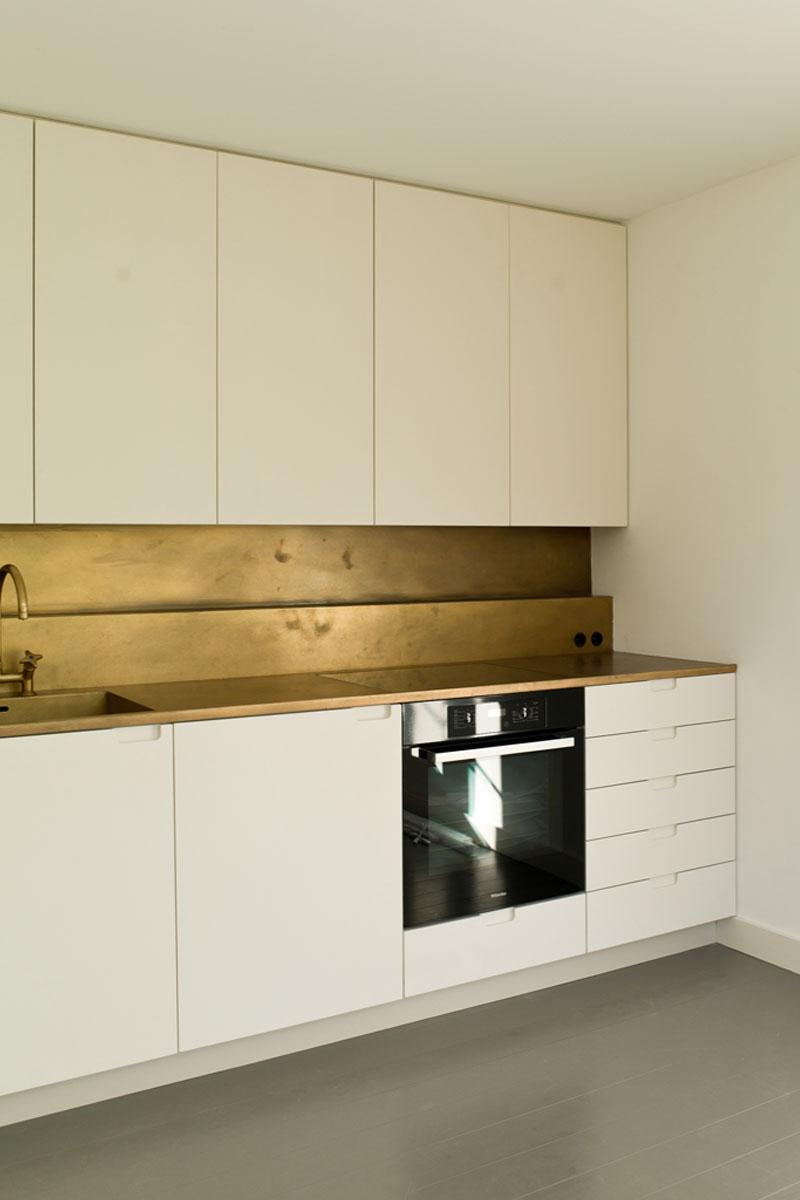 Küchengestaltung aus Baubronze, Foto: Martin Pasztori