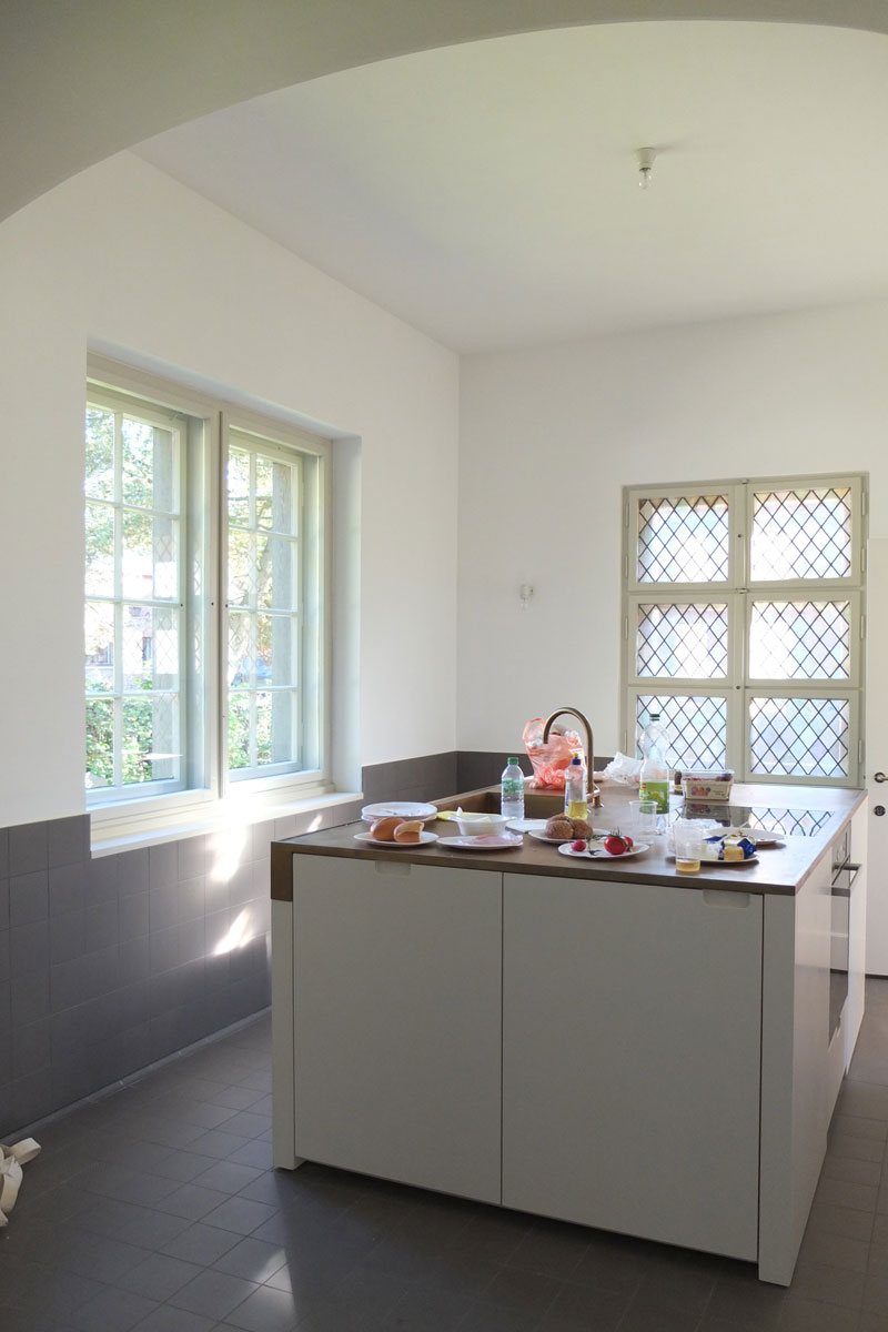 Küchenblock mit Baubronze Arbeitplatte, Foto: Martin Pasztori