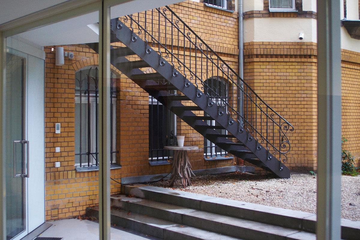 Glasfassade, im Hintegrund schmiedeeiserne Treppenanlage, Foto: Stefan Fittkau
