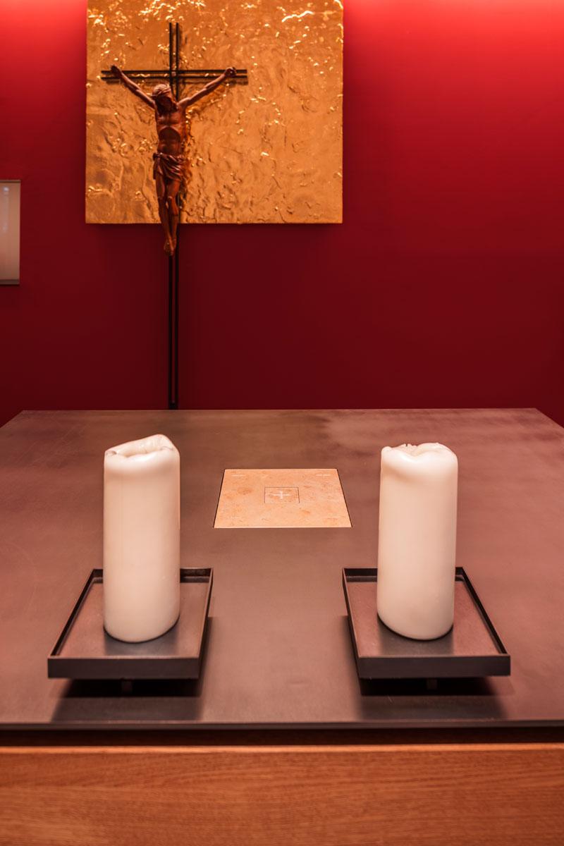 Altar mit Leuchtern, Foto: 16Elements GmbH