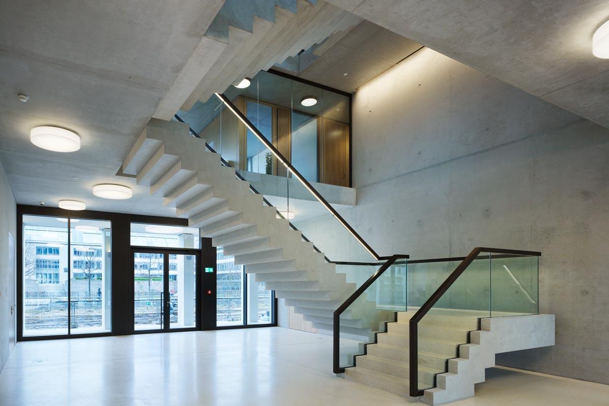 Glasgeländer und Treppe. Foto: R. Walti