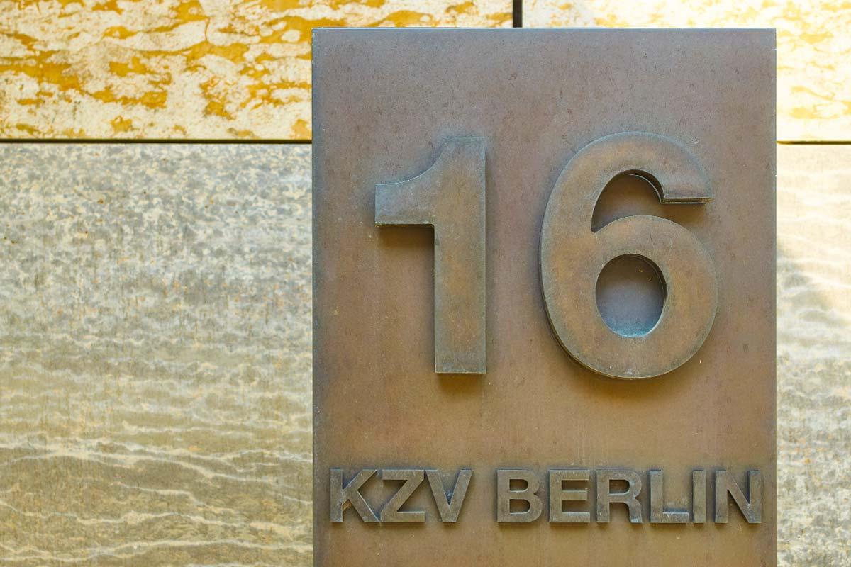 Baubronzehausnummer. Foto: Ch. Fittkau